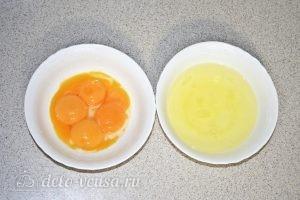 Бананово-творожный пудинг: Разделяем белки и желтки яиц