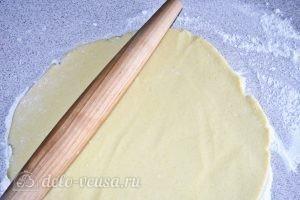 Сметанник из песочного теста: Раскатать тесто