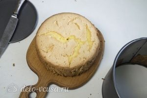 Бисквит на желтках: Вырезаем бисквит из формы