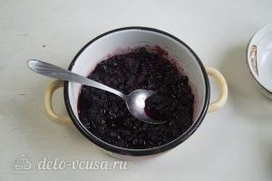 Бисквитный торт с творожным кремом: Соединяем ягоды с сахаром