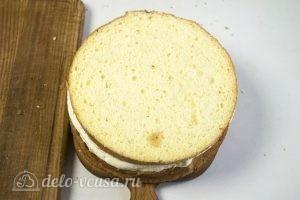 Бисквитный торт с творожным кремом: Накрываем торт вторым коржом