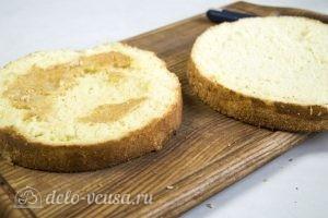 Бисквитный торт с творожным кремом: Разрезаем бисквит на два коржа