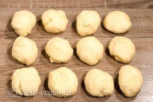 Булочки-зайчики: Разделить тесто на равные порции