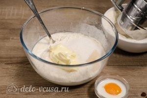 Булочки-зайчики: Добавить масло и ванильный сахар