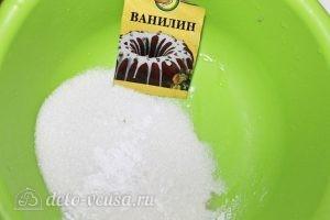 Ягодные пирожные: Смешиваем сахар и ванилин
