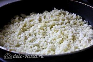 Капустные оладьи: Обжариваем капусту