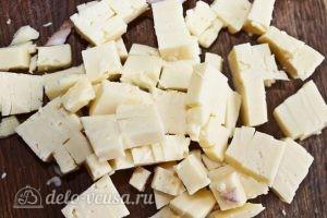 Кексы с колбасой: Нарезаем сыр