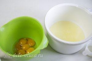 Клубничный торт-суфле: Разделяем яйца на белки и желтки