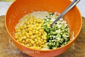 Кукурузные оладьи: Добавляем в тесто лук и кукурузу