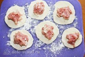 Манты на сковороде: Выкладываем начинку