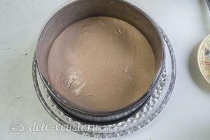 Муссовый торт с пралине: Выливаем часть мусса на корж