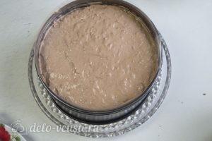 Муссовый торт с пралине: Выкладываем шоколадный слой и оставшийся мусс
