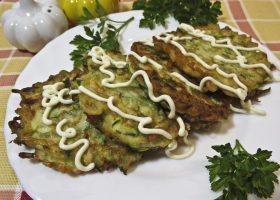 Оладьи из кабачков с зеленью: Обжариваем оладьи с обеих сторон