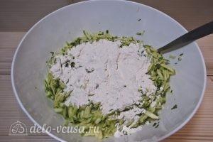 Оладьи из кабачков с зеленью: Добавляем муку