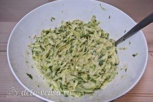 Оладьи из кабачков с зеленью: Проверяем консистенцию теста