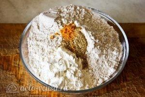 Оладьи на ряженке: Смешиваем два вида муки, соль и пряности