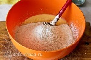 Оладьи на ряженке: Просеиваем мучную смесь к яйцам и ряженке