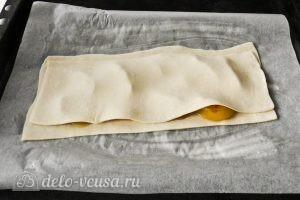 Пирог из слоеного теста с персиками: Накрываем персики тестом