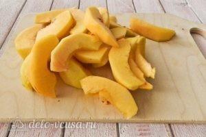 Пирог из слоеного теста с персиками: Нарезать персики