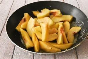 Пирог из слоеного теста с персиками: Выкладываем персики в сковороду