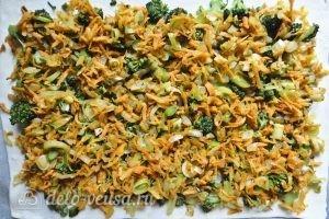 Пирог с брокколи: Выкладываем морковь с луком