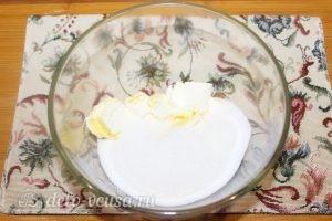 Пирог с яблоками и изюмом: Поместить в емкость маргарин и сахар