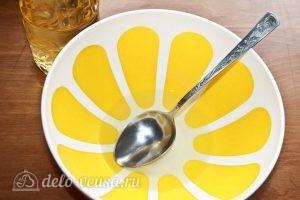 Пирог со сливами: Выливаем масло в емкость