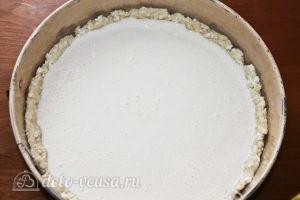 Пирог со сливами: Выливаем смесь на тесто