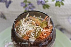 Салат-коктейль с курицей: Раскладываем по креманкам и посыпаем кунжутом
