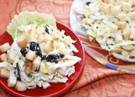 Салат с пекинской капустой и сухариками