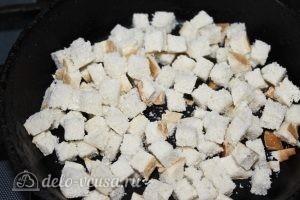 Салат с пекинской капустой и сухариками: Обжариваем хлеб