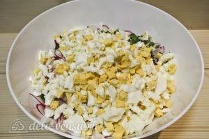 Салат с сардиной: Добавляем яйца