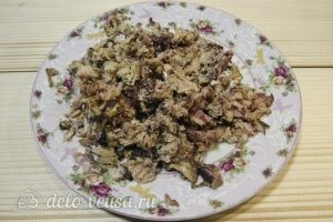 Салат с сардиной: Разминаем сардину