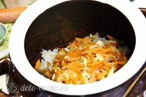 Щи с курицей и грибами: Добавляем луково-морковную заправку и картофель