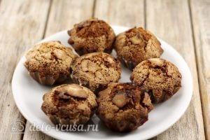 Шоколадные маффины с вишней: Выкладываем кексы на тарелку