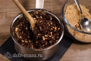 Сладкая колбаска из печенья: Вводим частями крошку печенья