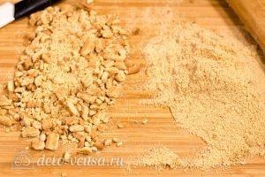Сладкая колбаска из печенья: Измельчите орехи