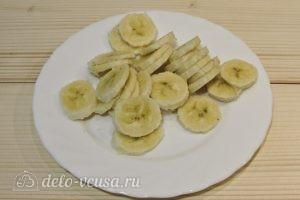 Банановые сырники: Нарезать банан
