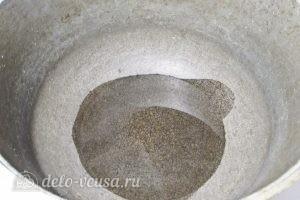 Тушеная капуста с колбасой: Наливаем масло в казанок