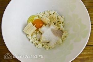 Творожно-банановые оладьи: Добавляем ванильный сахар, сахар и соль