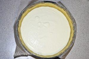 Творожный пирог с персиками: Выливаем начинку на тесто