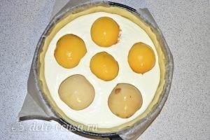 Творожный пирог с персиками: Выкладываем половинки персиков на начинку