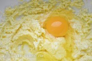 Творожный пирог с персиками: Добавляем яйцо