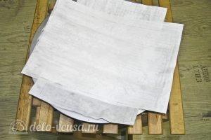 Варшавский яблочный пирог: Застилаем форму пекарской бумагой