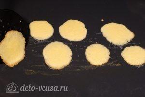 Бисквитные розочки на соломке: Выпекаем до готовности