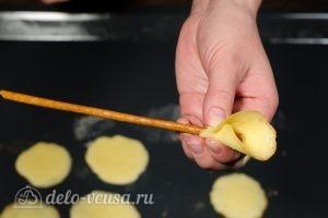 Бисквитные розочки на соломке: Формируем сердцевину цветка