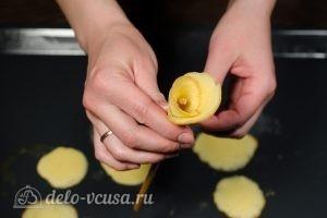 Бисквитные розочки на соломке: Добавляем второй лепесток