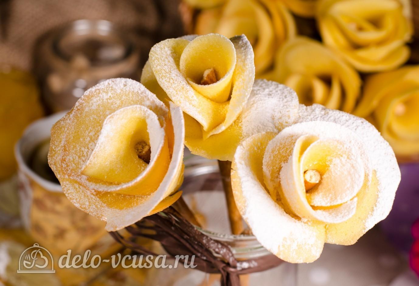 Бисквитные розочки на соломке