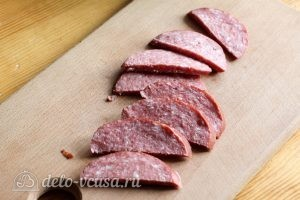 Омлет с колбасой и сыром: Нарезаем колбасу