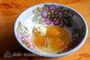 Омлет с помидорами: Добавляем к яйцам майонез, соль, перец